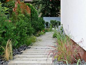 Mały, funkcjonalny, oraz nowoczesny ogród w Szczecinie. - Mały ogród za domem - zdjęcie od PracowniaDabrowska
