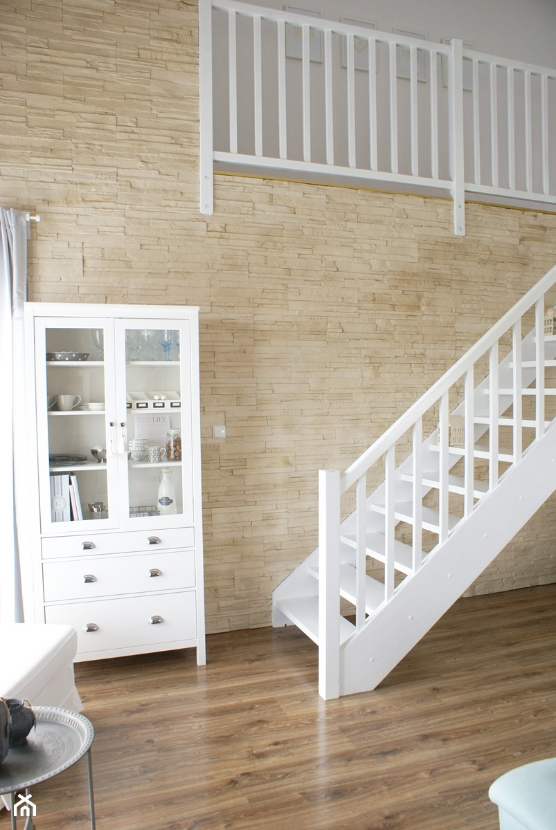 Aranżacje wnętrz - Schody: Kamień dekoracyjny Creta - Małe wąskie schody jednobiegowe drewniane - STEGU. Przeglądaj, dodawaj i zapisuj najlepsze zdjęcia, pomysły i inspiracje designerskie. W bazie mamy już prawie milion fotografii!