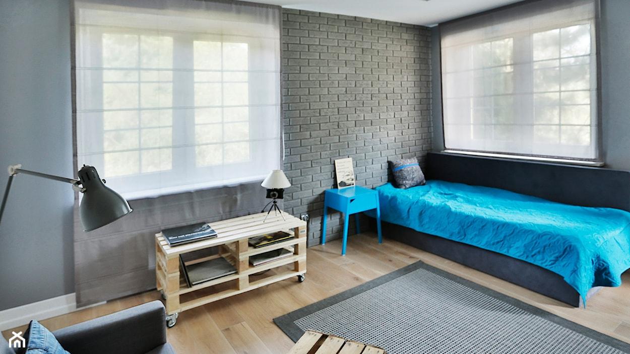 cegła w sypialni w stylu industrialnym