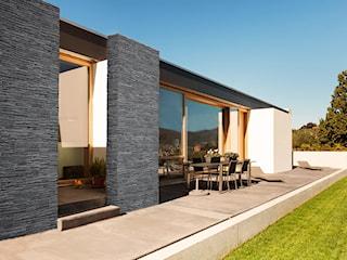 Ściana elewacyjna elementem ogrodu - jak ją wykończyć?