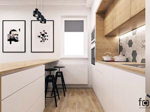 MIESZKANIE KUZNICA KOŁŁĄTAJOWSKA - Średnia biała kuchnia dwurzędowa w aneksie z wyspą z oknem, styl skandynawski - zdjęcie od FORMA - Pracownia Architektury Wnętrz i Krajobrazu