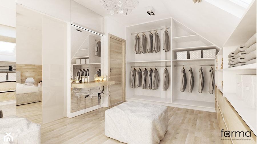 SYPIALNIA Z GARDEROBĄ - Duża zamknięta garderoba przy sypialni na poddaszu, styl nowoczesny - zdjęcie od FORMA - Pracownia Architektury Wnętrz