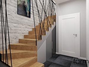 KLATKA SCHODOWA - Średnie schody dwubiegowe drewniane, styl industrialny - zdjęcie od FORMA - Pracownia Architektury Wnętrz