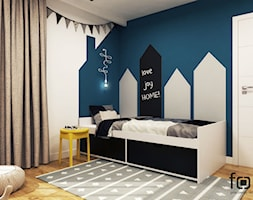 POKÓJ PIOTRUSIA - Mały biały niebieski pokój dziecka dla chłopca dla dziewczynki dla nastolatka, styl nowoczesny - zdjęcie od FORMA - Pracownia Architektury Wnętrz i Krajobrazu