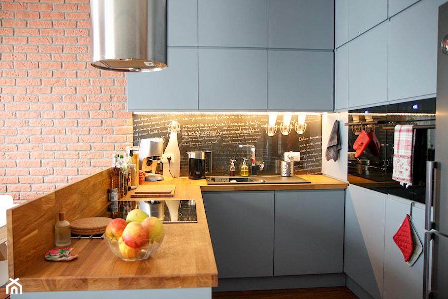 MIOKO kuchnia w szarości z drewnem  zdjęcie od MIOKO -> Kuchnia Nowoczesna Z Drewnem