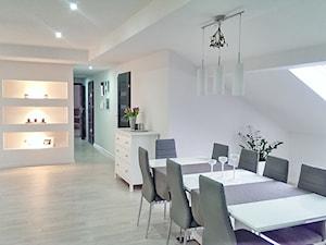 Mieszkanie na poddaszu - Średnia otwarta biała jadalnia w salonie, styl nowoczesny - zdjęcie od marcelina89