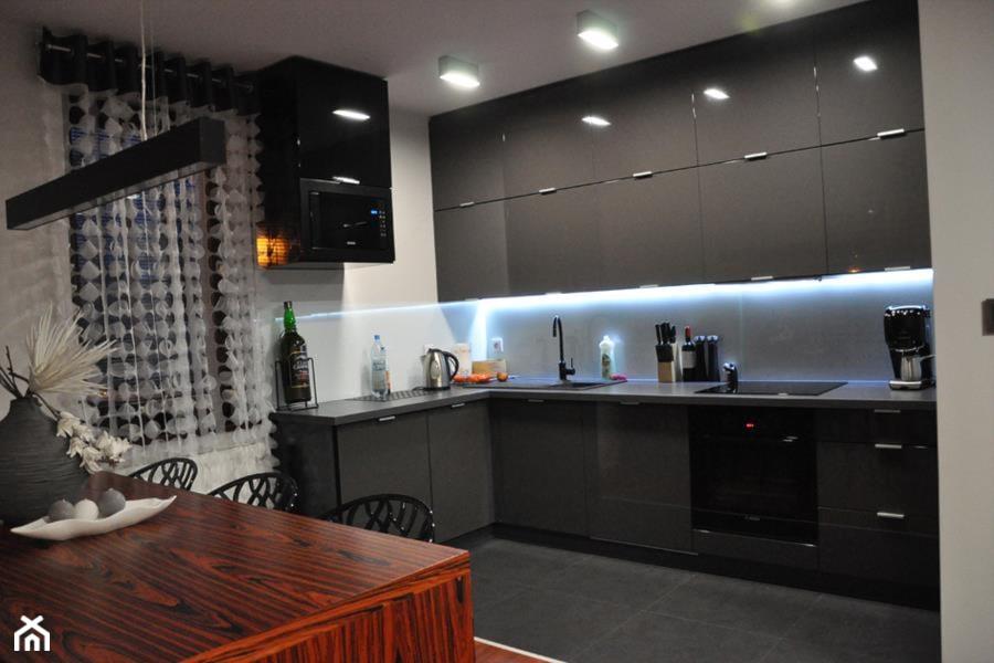 Szary połysk w parze z fornirem  zdjęcie od innout -> Kuchnia Czrno Szara
