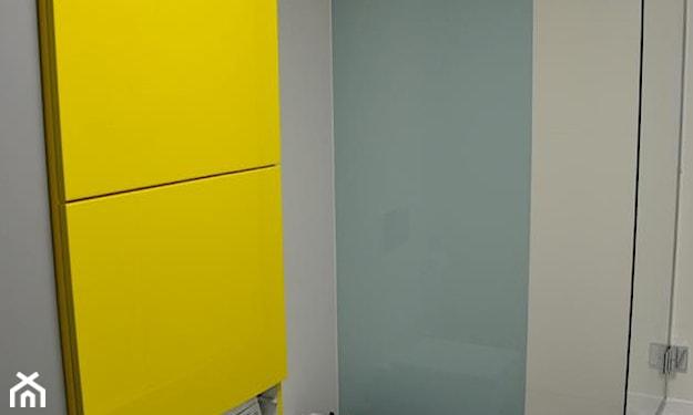 żółta szafka łazienkowa, błękitna ściana
