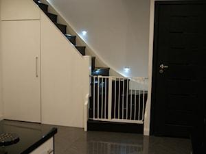 Metamorfoza mieszkania w poniemieckim szeregowcu. - Średnie wąskie schody jednobiegowe zabiegowe drewniane, styl nowoczesny - zdjęcie od przywodcastada