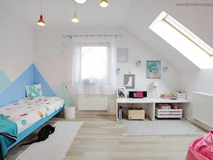 Metamorfoza pokoju Leny - Średni biały pastelowy miętowy niebieski pokój dziecka dla dziewczynki dla nastolatka, styl skandynawski - zdjęcie od Baba Ma Dom