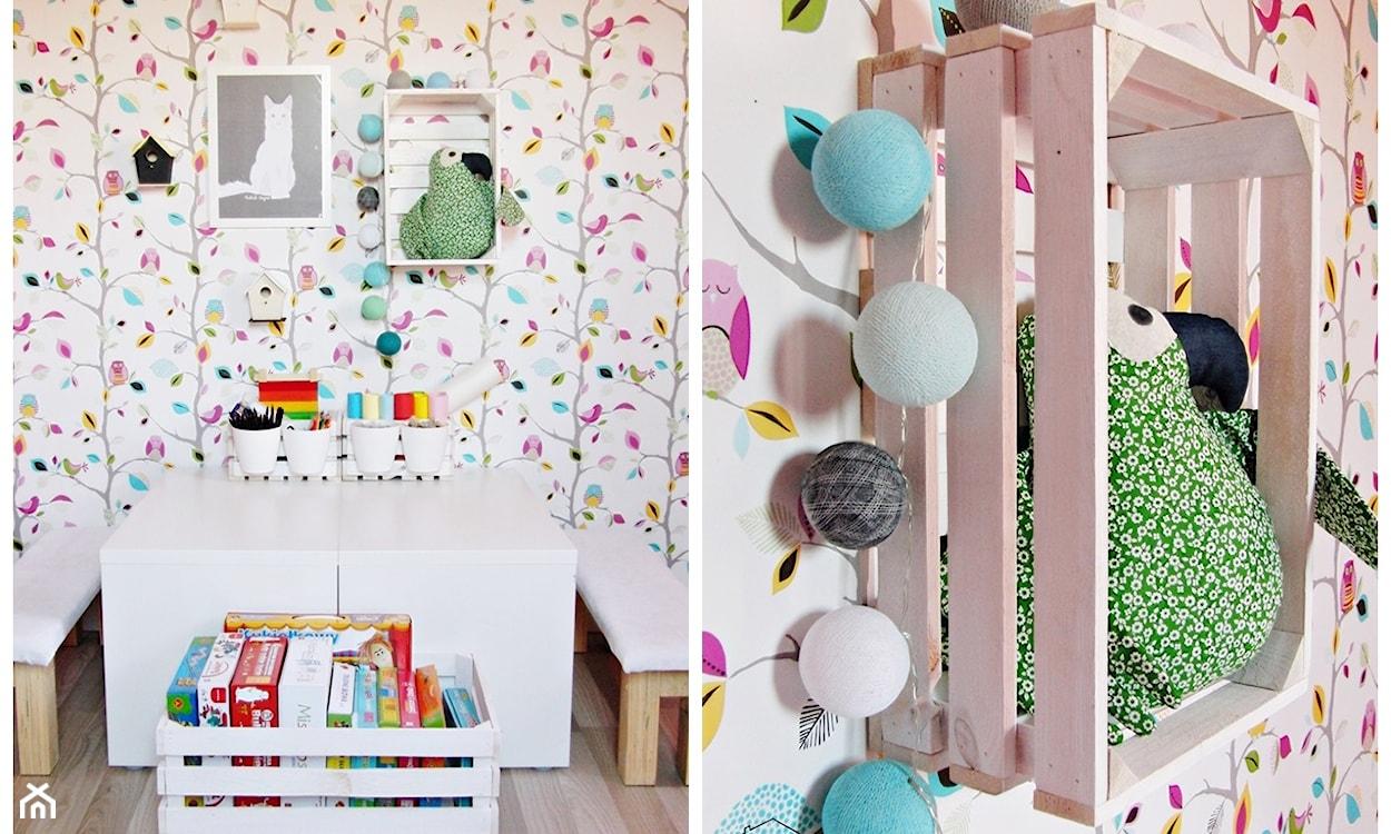 tapeta w kolorowe liany, półka z drewnianej skrzynki, cotton balls