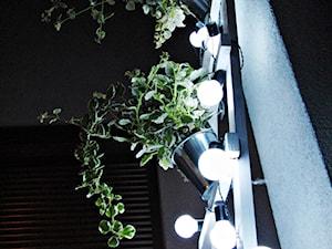 Metamorfoza tarasu - Mały taras z przodu domu z tyłu domu - zdjęcie od Baba Ma Dom