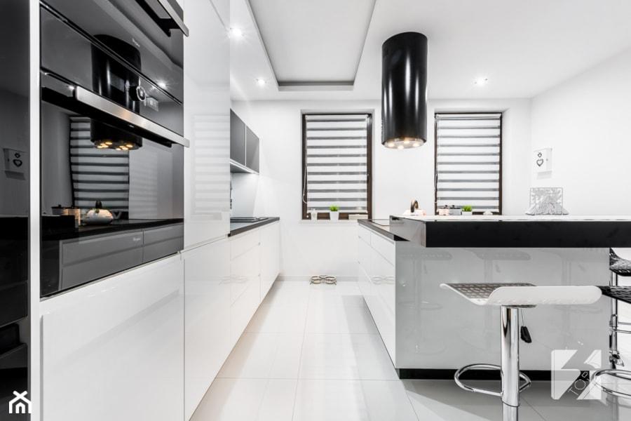 Nowoczesna biało czarna kuchnia na wymiar  zdjęcie od   -> Kuchnia Bialo Czarna Brazowa