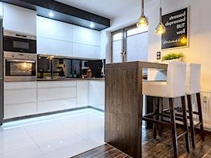 Zabudowa meblowa kuchni - Duża otwarta biała kuchnia w kształcie litery l, styl nowoczesny - zdjęcie od 3TOP KUCHNIE