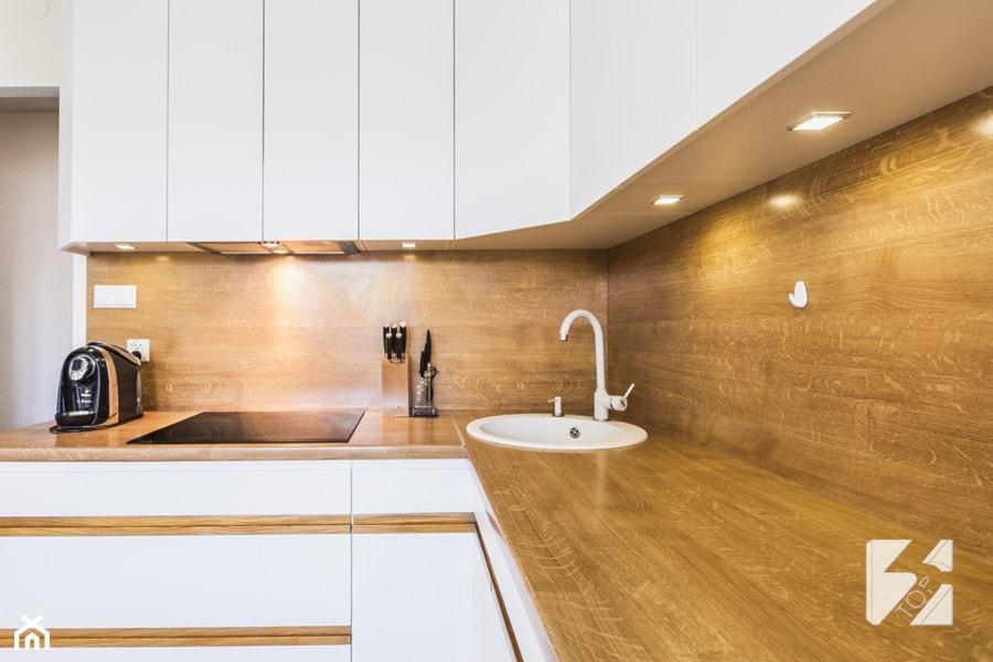 Biale Meble Do Kuchni Z Elementami W Kolorze Drewna Projekt Wnetrza