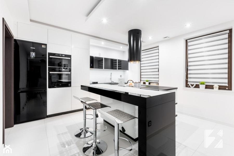 Nowoczesna biało czarna kuchnia na wymiar  zdjęcie od   -> Kuchnia Bialo Czarna Z Oknem