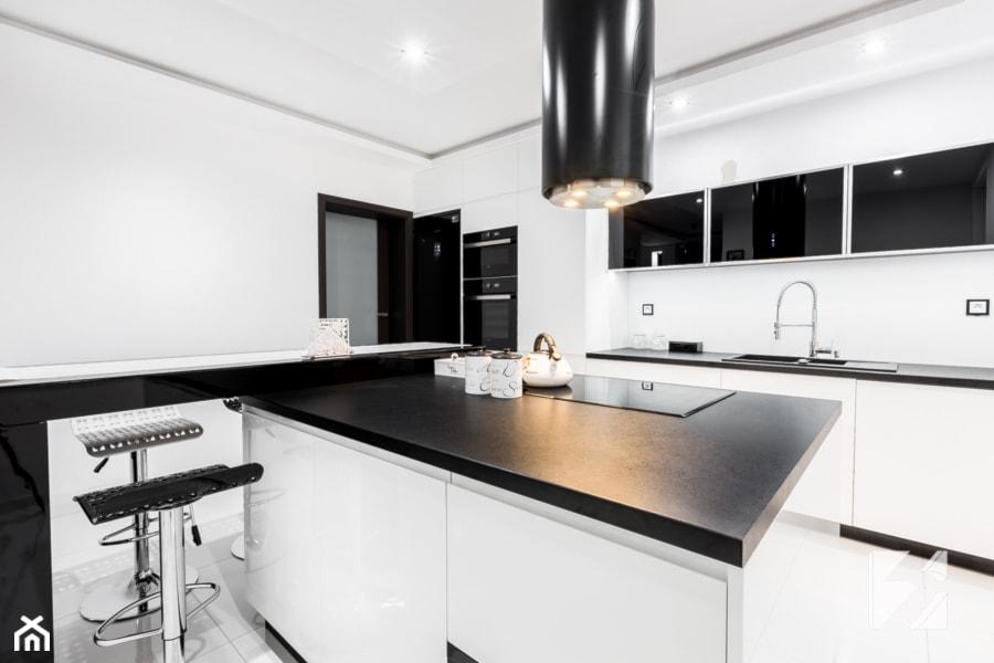 Nowoczesna biało czarna kuchnia na wymiar  zdjęcie od 3TOP Meble