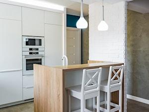 Mała kuchnia w bieli z turkusowym akcentem
