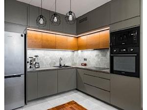 Eksluzywna kuchnia w połączeniu koloru drewna i szarości