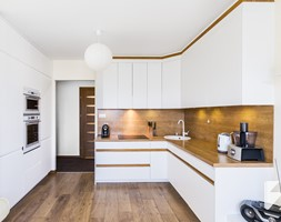 Białe meble do kuchni z elementami w kolorze drewna - Duża zamknięta biała kuchnia w kształcie litery g, styl nowoczesny - zdjęcie od 3TOP KUCHNIE