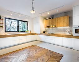 Kuchnia w stylu industrialnym - Duża otwarta biała szara kuchnia w kształcie litery l w aneksie z oknem, styl industrialny - zdjęcie od 3TOP KUCHNIE