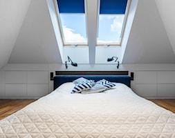 Nowoczesny dom - Średnia biała sypialnia dla gości na poddaszu, styl nowoczesny - zdjęcie od 3TOP KUCHNIE
