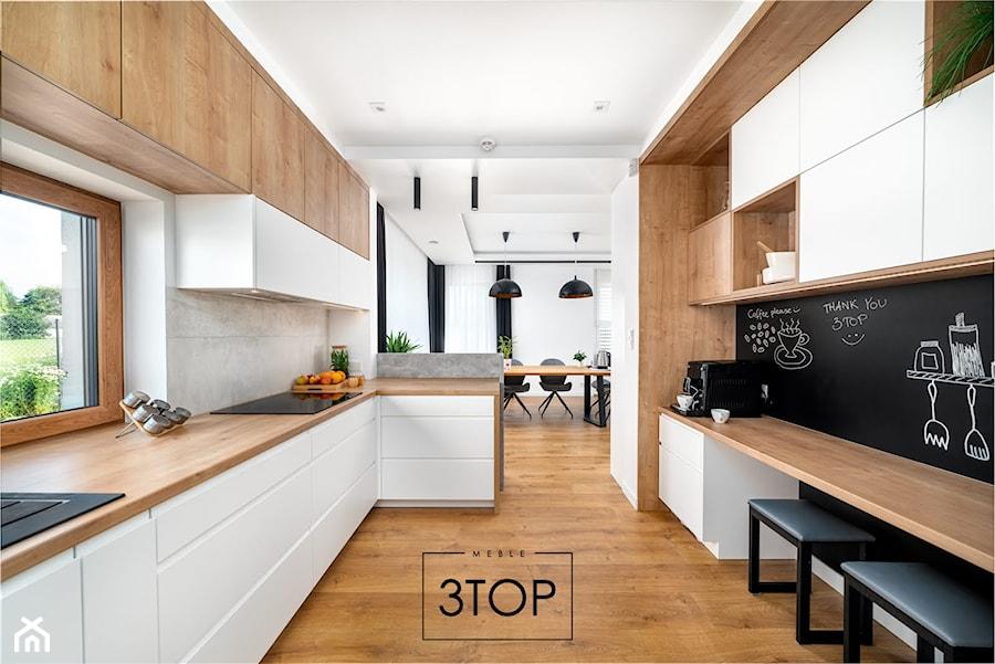 Urokliwa kuchnia na wymiar w klasycznej kolorystyce od 3TOP Kuchnie - zdjęcie od 3TOP KUCHNIE