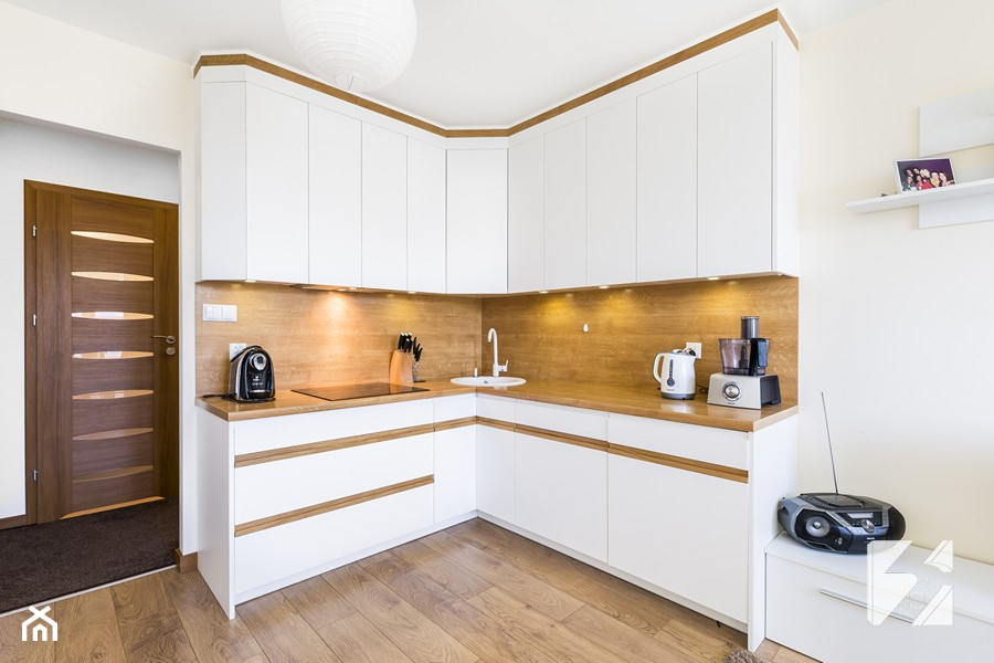 Biale Meble Do Kuchni Z Elementami W Kolorze Drewna Mala Otwarta
