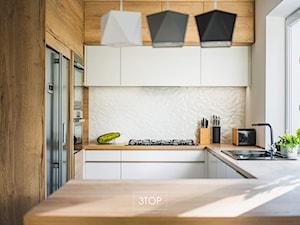 Kuchnia na wymiar: połączenie bieli i kolorystyki drewna