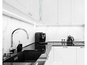 Kuchnia w przewadze bieli, z dodatkami w kontrastowej czerni od 3TOP