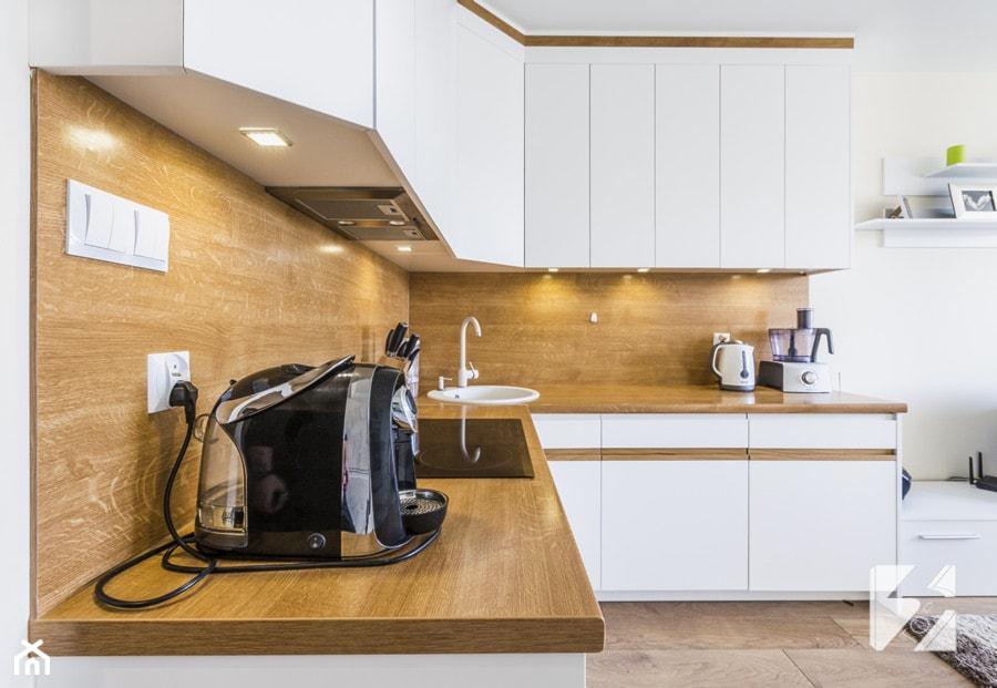 Biale Meble Do Kuchni Z Elementami W Kolorze Drewna Duza Otwarta
