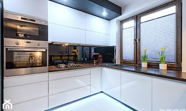białe meble kuchenne, nowoczesna kuchnia, białe doniczki, drewniany blat