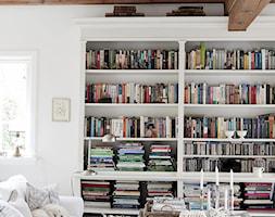 Biały dom z pięknym ogrodem - Średni biały salon z bibiloteczką, styl prowansalski - zdjęcie od Casa Bianca - Homebook