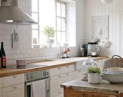 Dom w rustykalnym stylu - Średnia biała kuchnia jednorzędowa w aneksie z wyspą, styl rustykalny - zdjęcie od Casa Bianca - Homebook
