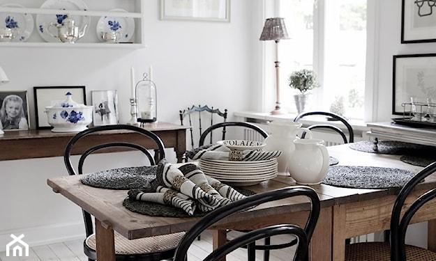 talerze na ścianie w kuchni