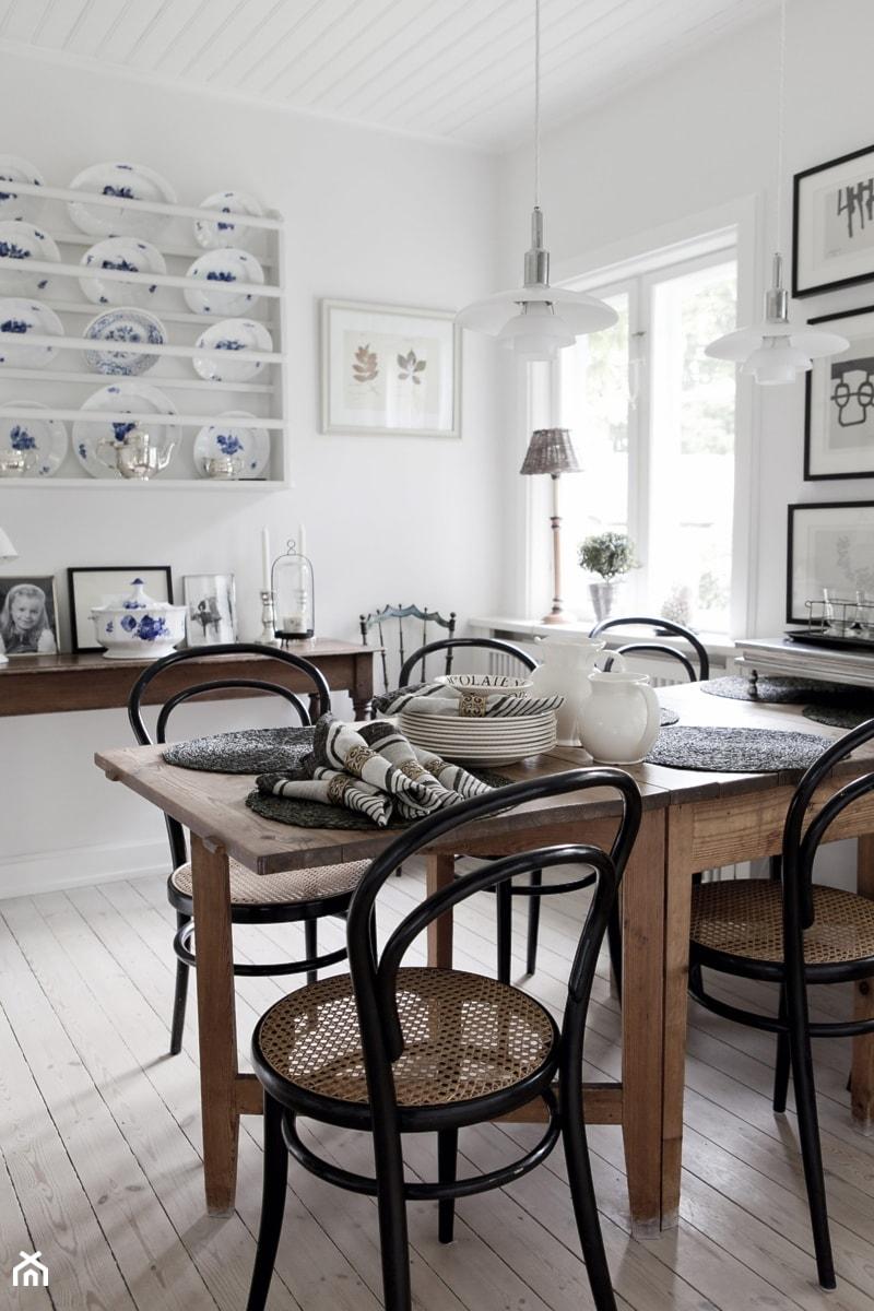 Aranżacje wnętrz - Kuchnia: Biały dom z pięknym ogrodem - Kuchnia, styl prowansalski - Casa Bianca. Przeglądaj, dodawaj i zapisuj najlepsze zdjęcia, pomysły i inspiracje designerskie. W bazie mamy już prawie milion fotografii!