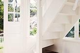 białe schody, skrzynia vintage