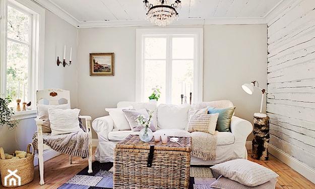 skrzynia z wikliny i ceglana ściana w białym kolorze