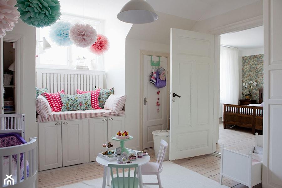 skandynawski dom redni pok j dziecka dla dziewczynki dla malucha styl skandynawski zdj cie. Black Bedroom Furniture Sets. Home Design Ideas