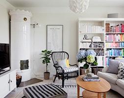 Skandynawski dom - Mały beżowy salon z bibiloteczką, styl skandynawski - zdjęcie od Casa Bianca
