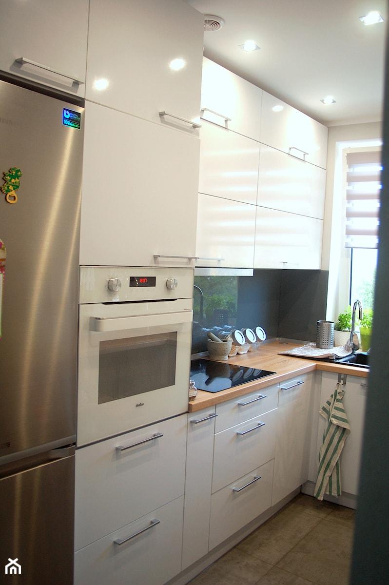 Kuchnia na wymiar biały połysk + blat drewnopodobny   -> Kuchnia Na Wymiar Ruda Śląska