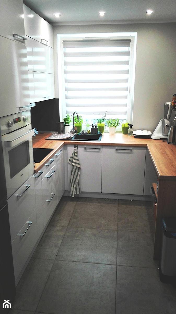 Kuchnia Na Wymiar Bialy Polysk Blat Drewnopodobny Zdjecie Od