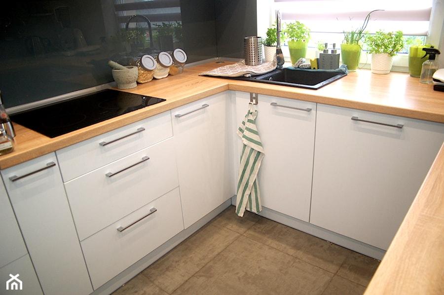 Kuchnia na wymiar: biały połysk + blat drewnopodobny - zdjęcie od Prestige Meble