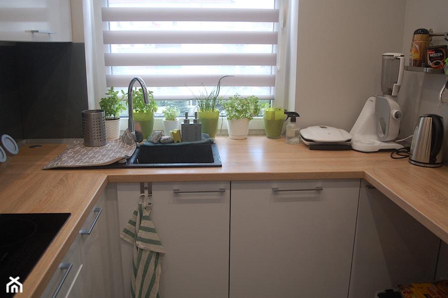 Kuchnia na wymiar biały połysk + blat drewnopodobny   -> Kuchnia Na Wymiar Podkarpackie