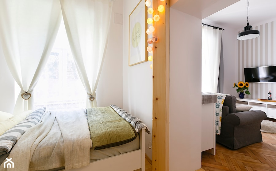 Mieszkanie na Asnyka w Krakowie 28m2 pod wynajem krótkoterminowy - Mała biała sypialnia małżeńska, styl skandynawski - zdjęcie od Pracownia Kardamon