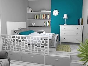 Salon w kamienicy z mini sypialnią ulokowaną na podwyższeniu - Mała szara turkusowa sypialnia dla gości na antresoli, styl skandynawski - zdjęcie od Pracownia Kardamon