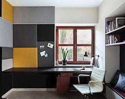 Mieszkanie żeglarza - Małe czarne szare biuro domowe kącik do pracy w pokoju, styl skandynawski - zdjęcie od made in HOLA