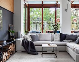 Mieszkanie żeglarza - Mały biały czarny salon z jadalnią, styl skandynawski - zdjęcie od made in HOLA - Homebook