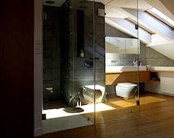 mieszkanie prezesa-120m2 - Duża biała czarna szara łazienka na poddaszu w domu jednorodzinnym z oknem, styl minimalistyczny - zdjęcie od made in HOLA