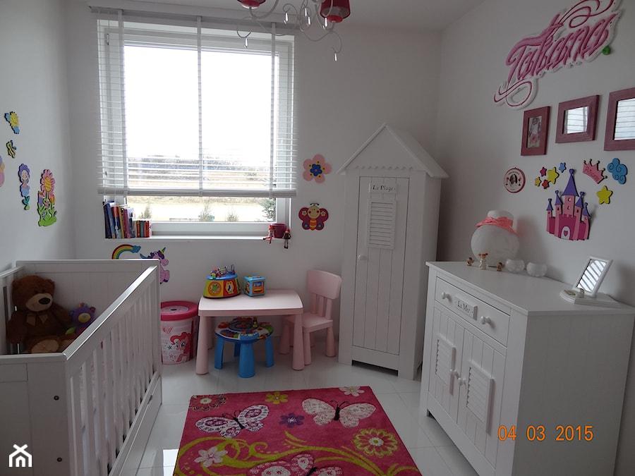 Nasz własny skrawek nieba - Mały biały pokój dziecka dla dziewczynki dla malucha - zdjęcie od taszix